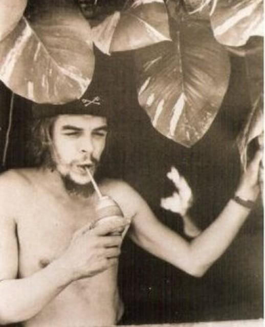 CMS_1289165316704_Che_Guevara_-_tomando_mate_en_Cuba